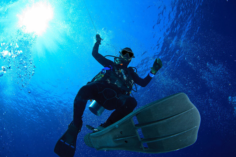 diver do safety stop underwater